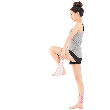 Dùng sức kéo chân trái lên