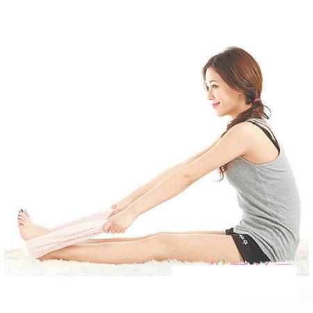 Duỗi thẳng chân, quàn khăn qua bàn chân và kéo thật căng