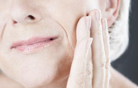 Khi cấu trúc da bị tổn thương, sự giảm mật độ da được biểu thị ra ngoài. Chúng thường xuất hiện cùng với làn da xỉn màu và cảm giác là da mỏng hơn