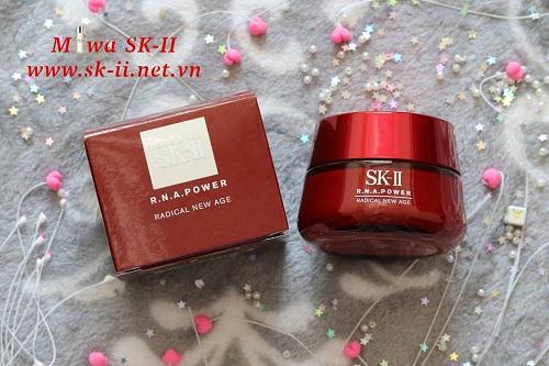 Với các hoạt chất kích thích sự tái tạo tế bào và phục hồi độ ẩm cho da, kem dưỡng R.N.A Airy Milky Lotion là sự lựa chọn hoàn hảo cho làn da của bạn hôm nay và cho cả 15 năm sau.Lớp kem mỏng, nhẹ siêu thoáng giúp da bạn luôn rạng rỡ và mềm mịn.