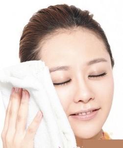 Chườm khăn nước ấm lên mặt