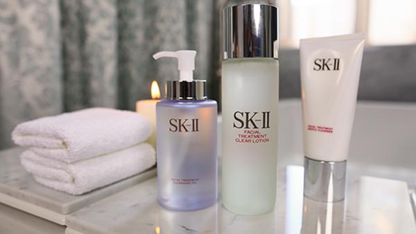 Sử dụng sữa rửa mặt và nước hoa hồng để chăm sóc làn da khô