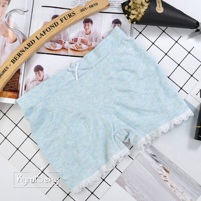 Quần ngắn nữ mặc  trong váy viền ren