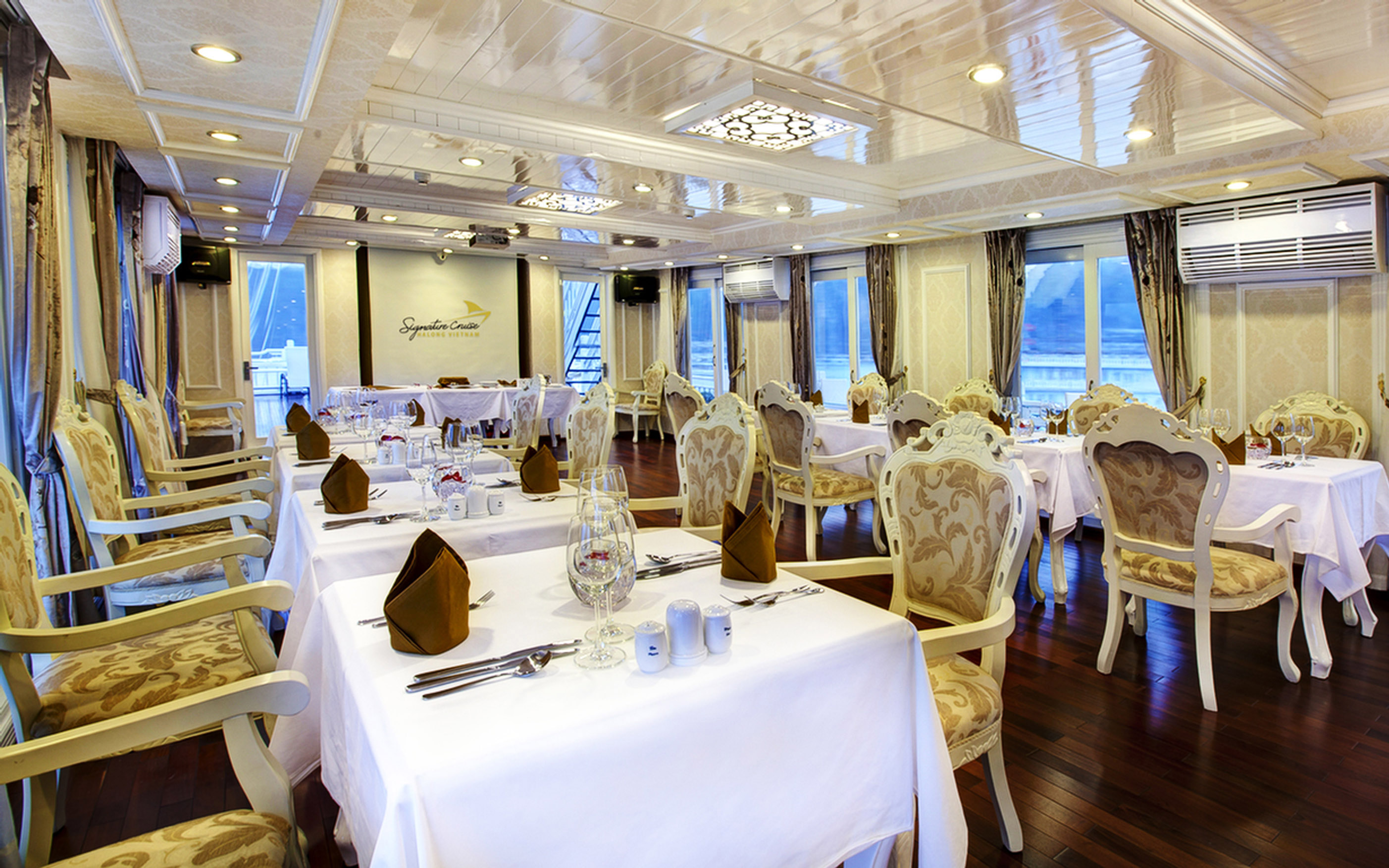 restaurent-on-siganture-halong-cruise