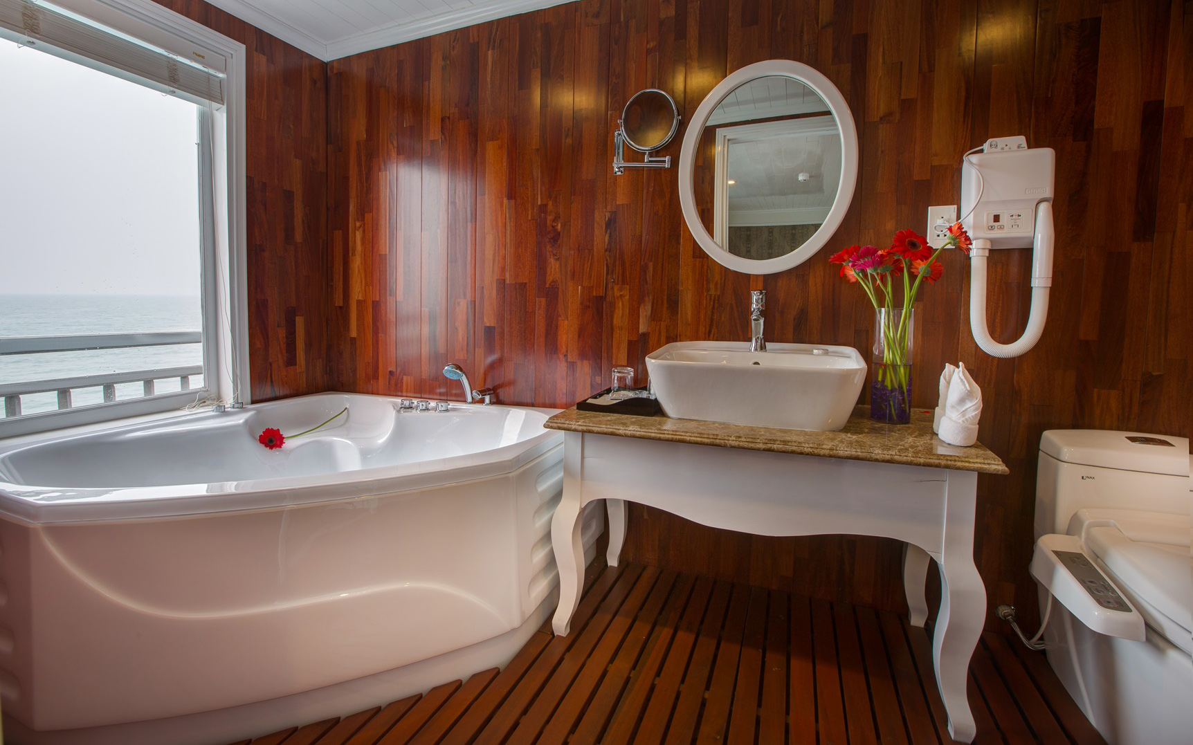 bathroom-on-signature-halong-cruise