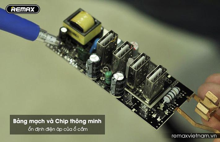 Ổ cắm điện đa năng có 4 cổng USB Remax RU - S2 1