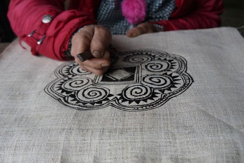 Kỹ thuật vẽ sáp ong, thêu, tạo hoa văn trên trang phục của người Mông