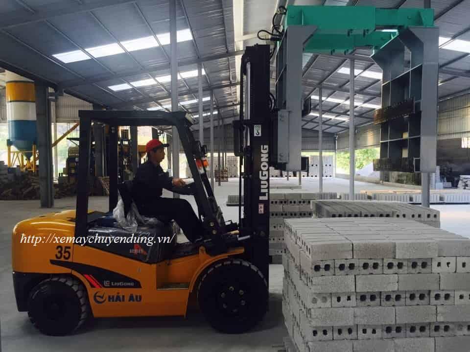 Xe nâng hàng kẹp gạch đứng 3,5 tấn Trung Quốc, Liugong CPCD35.