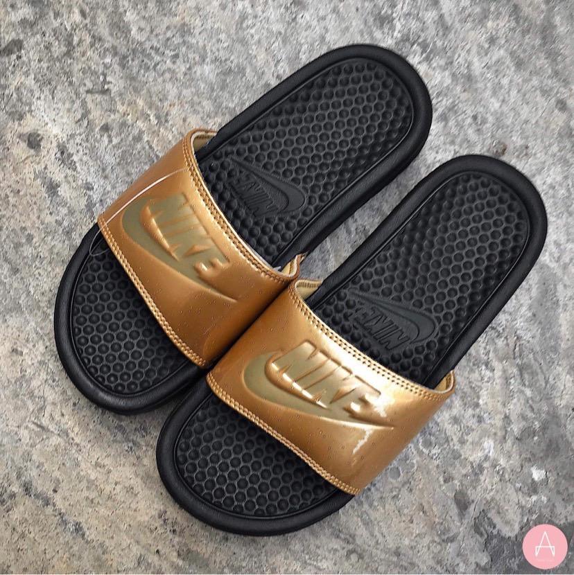 [618919-022] W NIKE BENASSI JDI BLACK GOLD METALIC