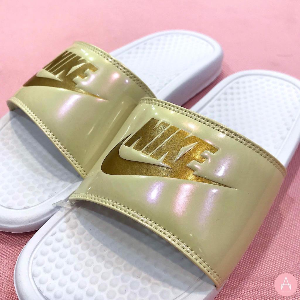 [618919-112] W NIKE BENASSI JDI METALLIC '' GOLD, WHITE END BEACH ''