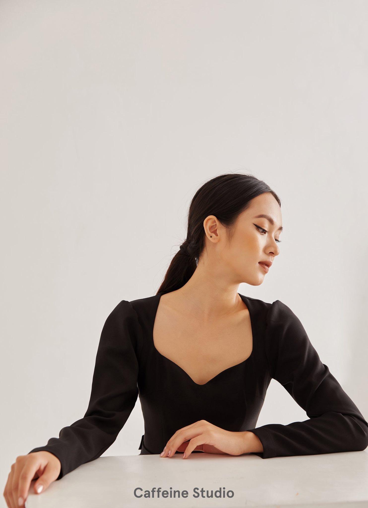 Wavy neck dress with belt