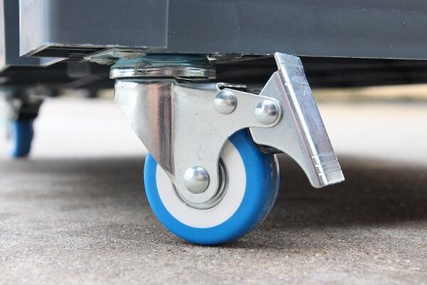 Bánh xe xoay được 360 độ dễ dàng cho việc di chuyển máy