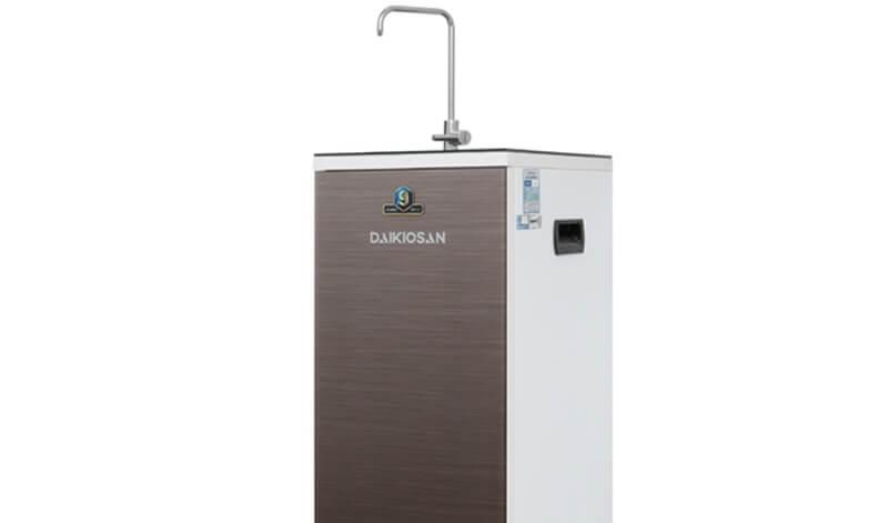 Trụ vòi nước bằng đồng, vòi bằng inox 304 độ bền cao, chống rỉ, rót nước tiện lợi - Máy lọc nước RO Daikiosan DXW-33009G 9 lõi