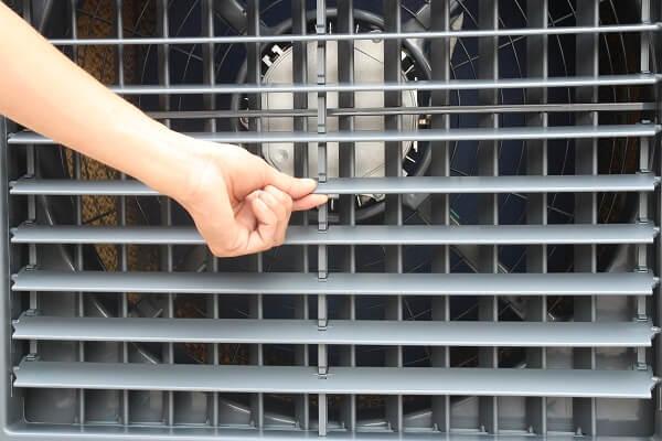 Người dùng tự điều chỉnh cửa lật gió bên ngoài.