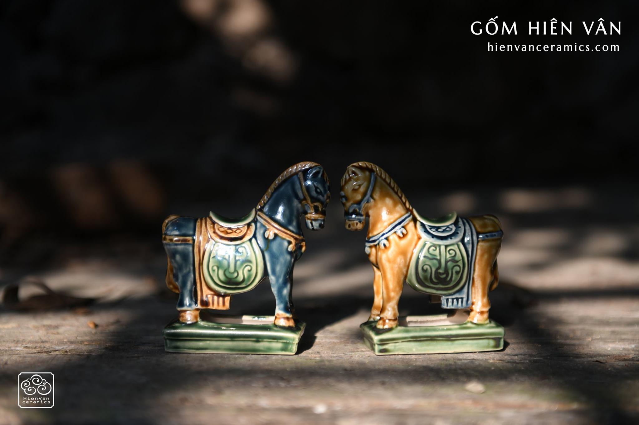 ngua-co-gom-hien-van-ceramics-sap-chang-sen