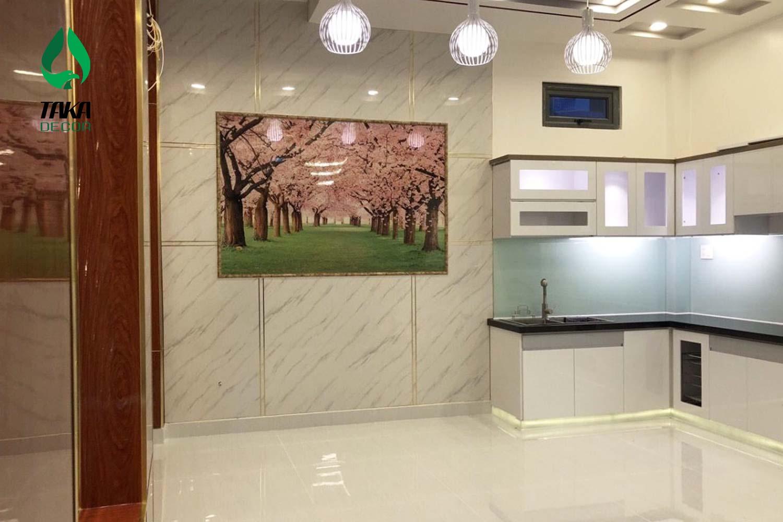 Thi công phòng bếp bằng tấm ốp tường pvc takadecor