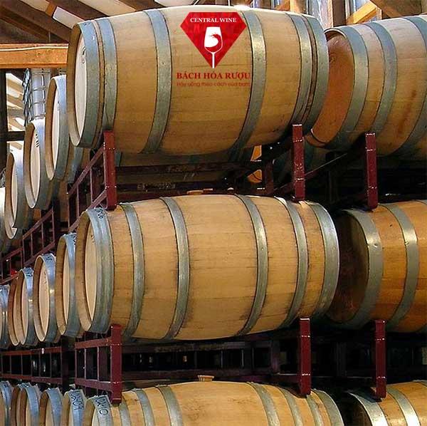 thùng gỗ sồi làm rượu vang