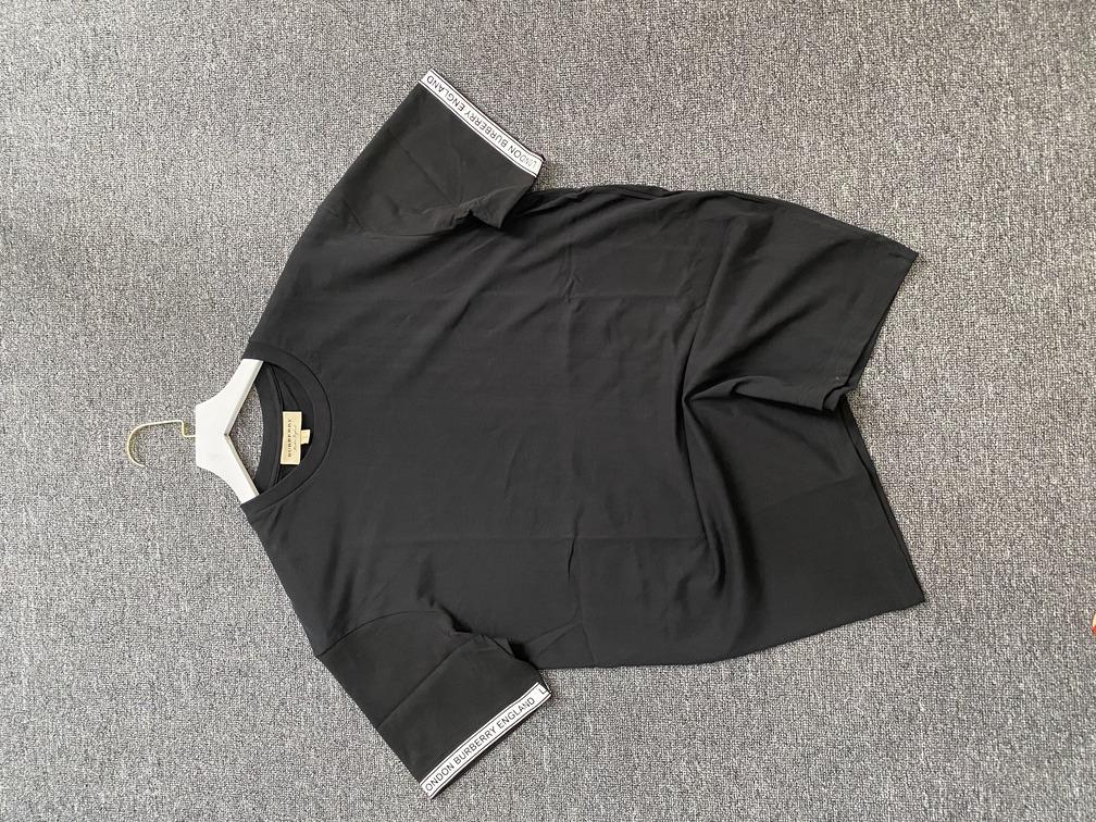 Áo phông Burberry chữ viền tay - Đen