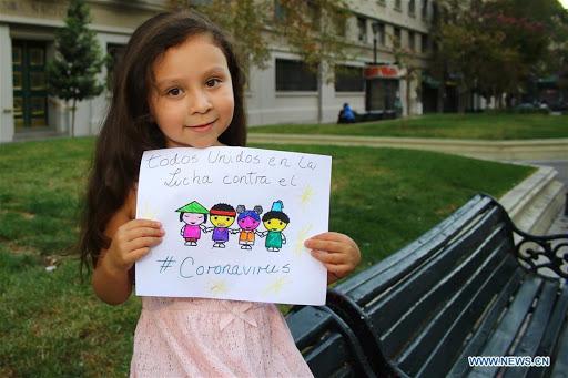 Danna Suarez, một cô bé 5 tuổi, thể hiện bản vẽ của mình để cổ vũ cho Trung Quốc trong cuộc chiến chống lại tiểu thuyết coronavirus ở Santiago, Chile, ngày 10 tháng 2 năm 2020