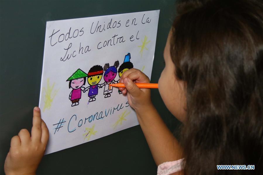 Danna Suarez la một cô bé mới 5 tuổi đã nên những bức tranh cổ động tinh thần cho các bác sĩ, y tá và chiến sĩ trong thời gian chống dịch