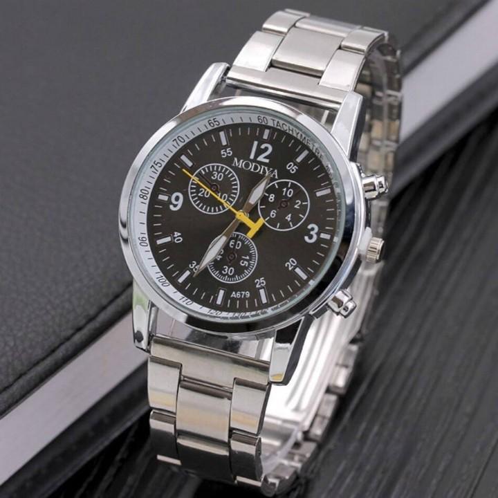 Đồng hồ đeo tay đẹp là quà tặng sinh nhật đơn giản.