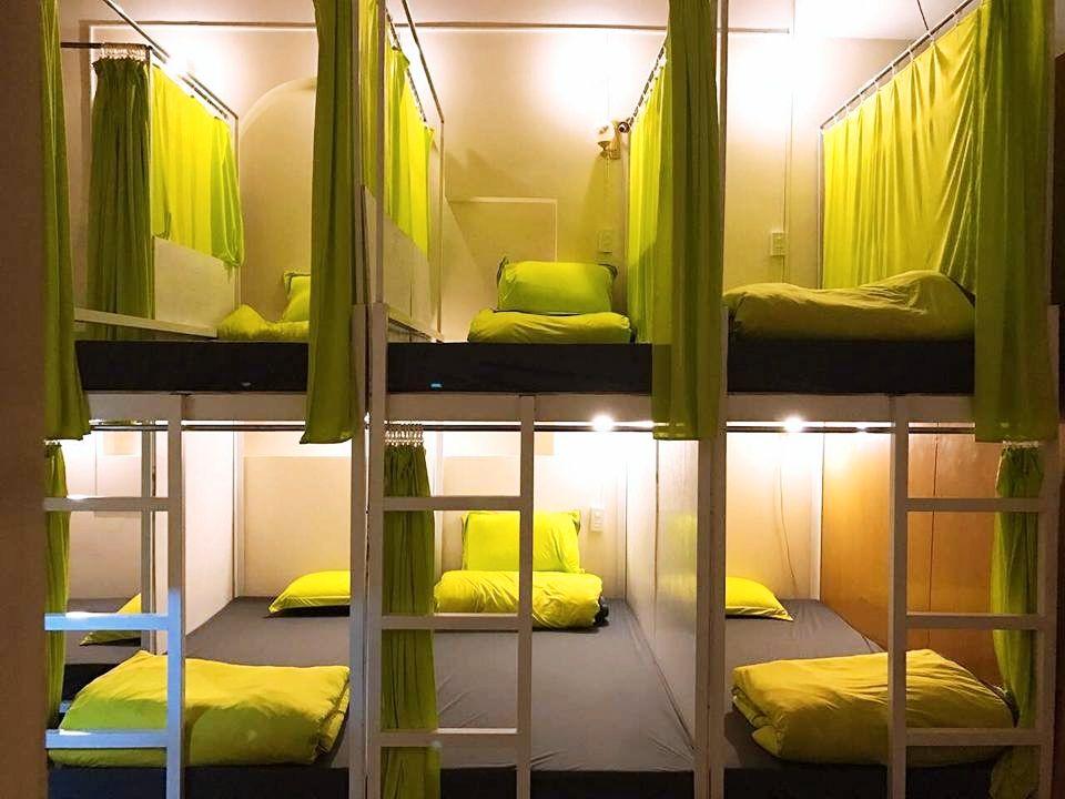 Phòng ngủ được ngăn cách thành nhiều không gian riêng biệt với màu xanh chuối nổi bật