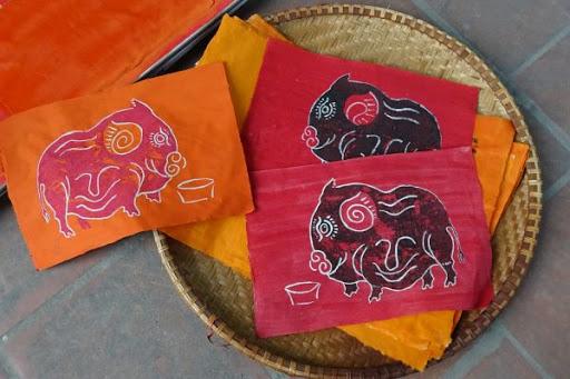 Vật liệu giấy màu đỏ của tranh dân gian Kim Hoàng phù hợp không khí vui tươi ngày tết