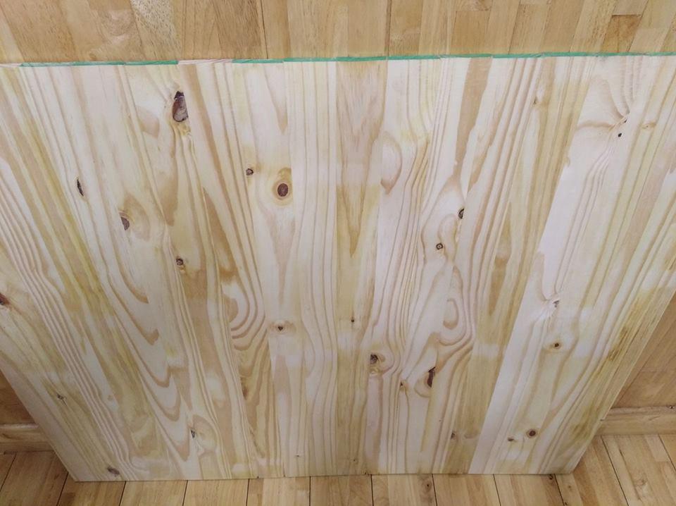 Giá thành của gỗ thông ghép khá rẻ, độ bền cao