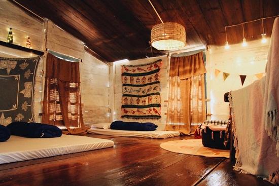 Trang trí phòng ngủ của homestay với vật liệu chính là những thảm thổ cẩm