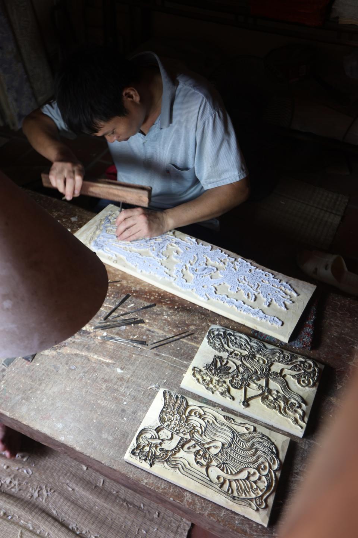Tạo ra nét khắc ván in là không hề đơn giản, rất kỳ công và đòi hỏi sự khéo léo