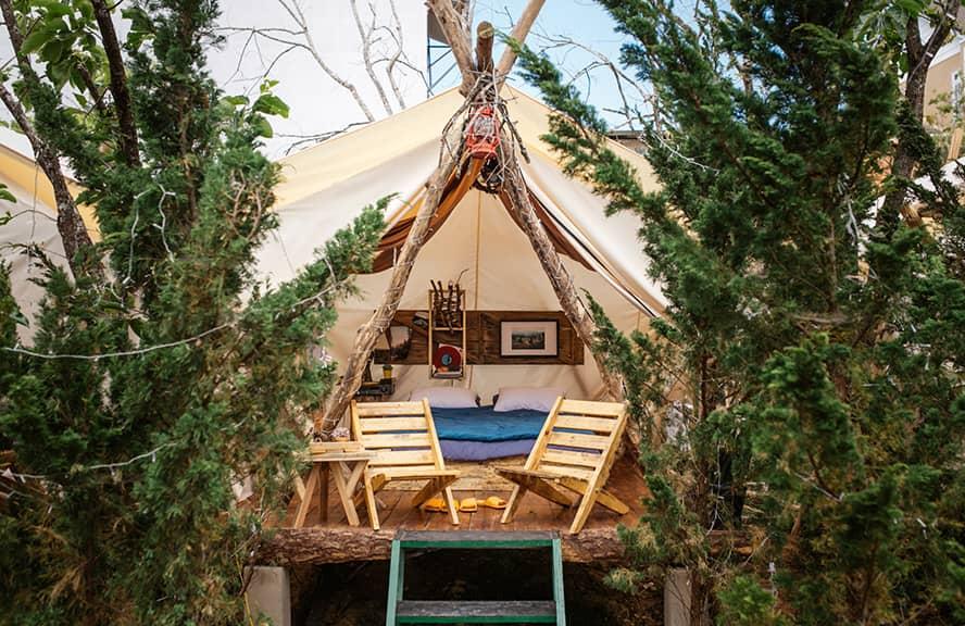 Phòng ngủ được trang trí như một chiếc lều tạo điểm nhấn nổi bật cho căn phòng