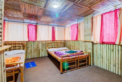 Một phòng ngủ được làm từ tre khá độc đáo và gần gủi của Swarna Sikhar Homestay tại Ấn Độ