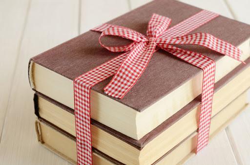 Tặng sách là món quà tuy đơn giản nhưng mang ý nghĩa to lớn.