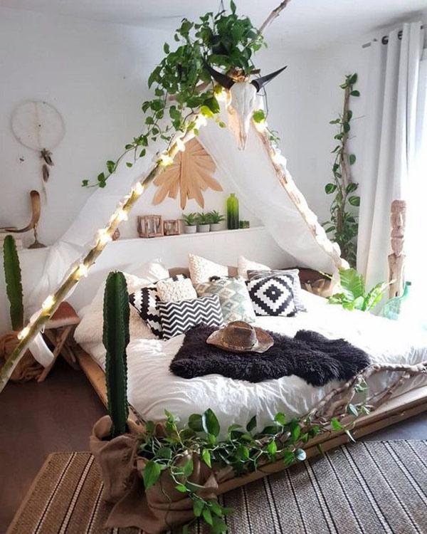 Không gian phòng ngủ được trang trí theo hướng lều trại tạo cảm giác trải nghiệm du lịch du mục