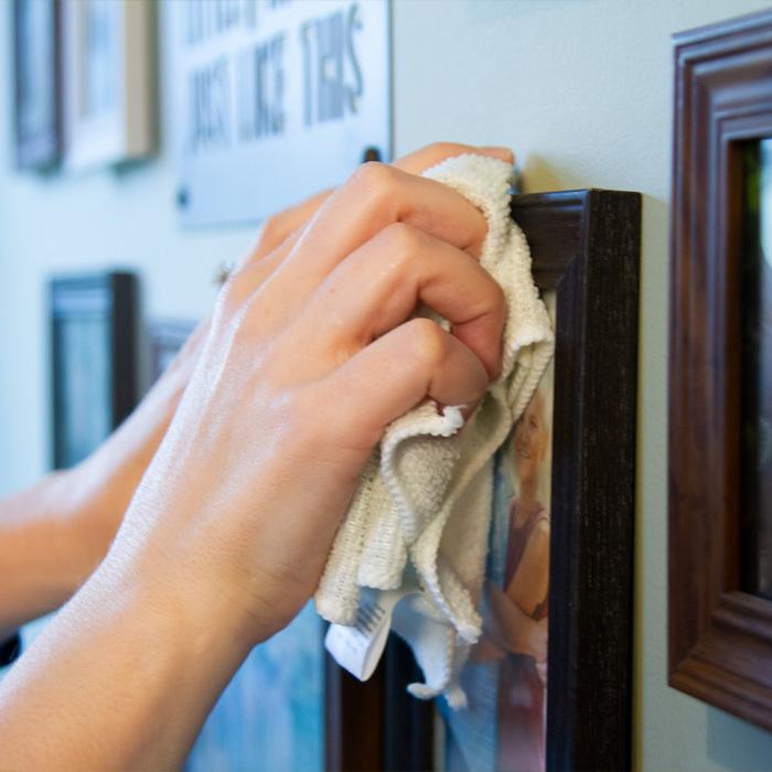 Phải vệ sinh thường xuyên để duy trì độ bền cho khung tranh