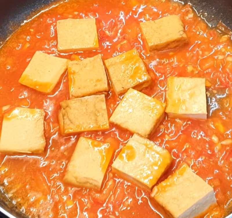 Cho đậu hũ vào sốt với cà chua
