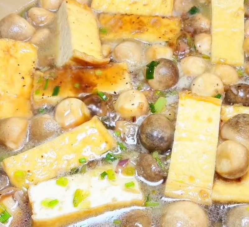 Cho đậu hũ vào kho với nấm