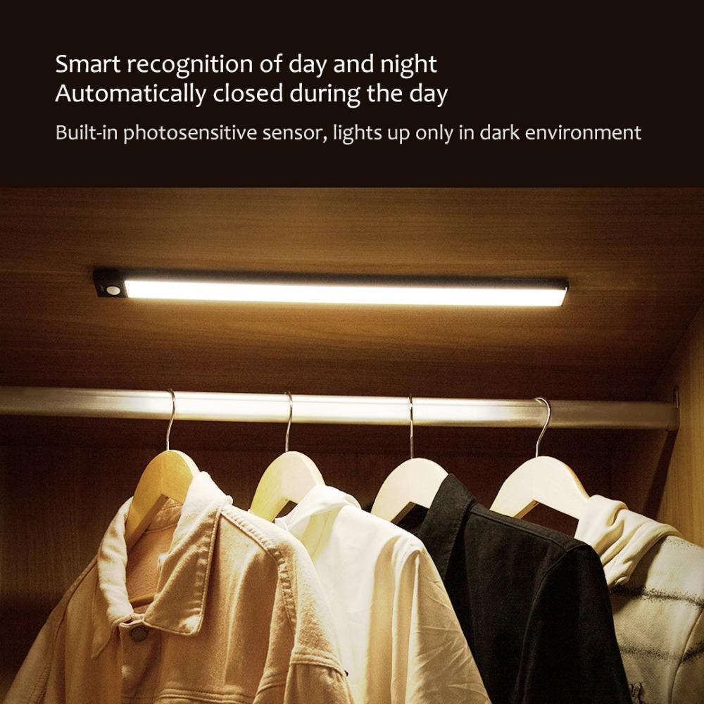 Đèn led thanh dán tủ cảm biến pin sạc