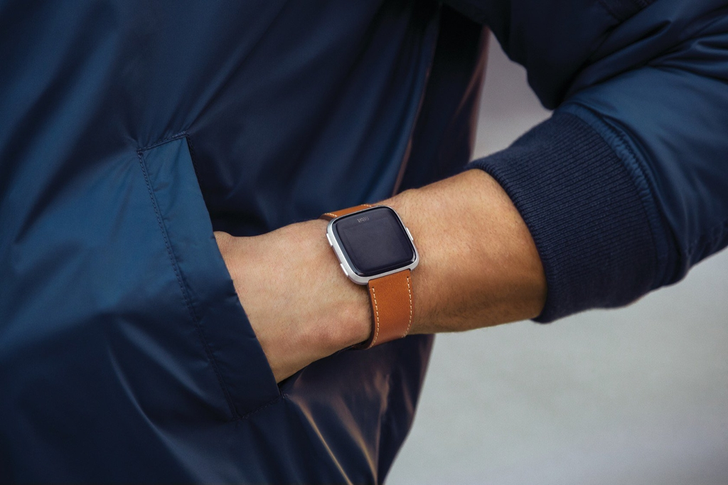 fitbit-versa-lifestyle-leather-saddle-st