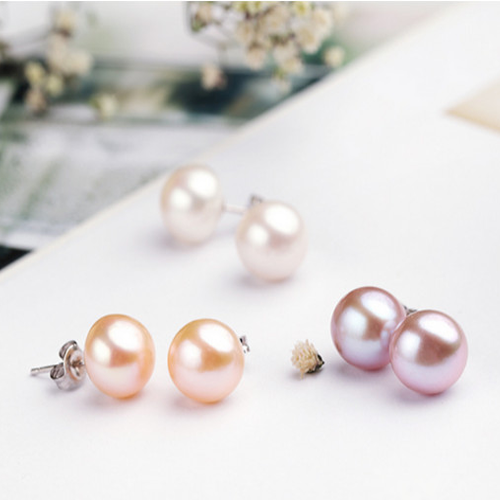 Stud pearl earrings