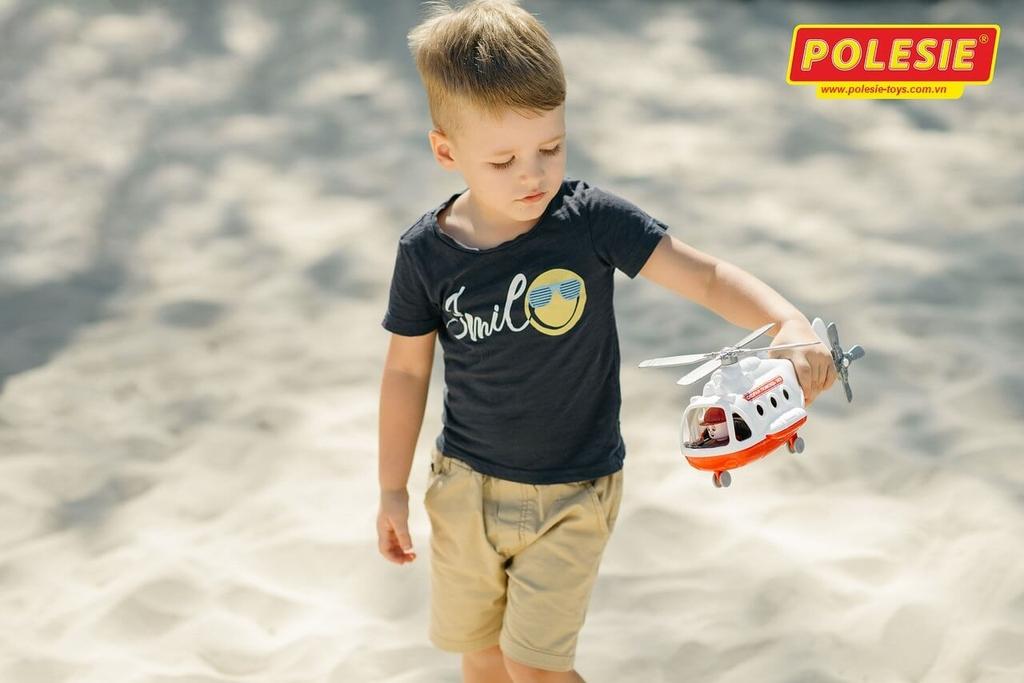 bé trai cùng với đồ chơi máy bay cứu hộ polesie việt nam