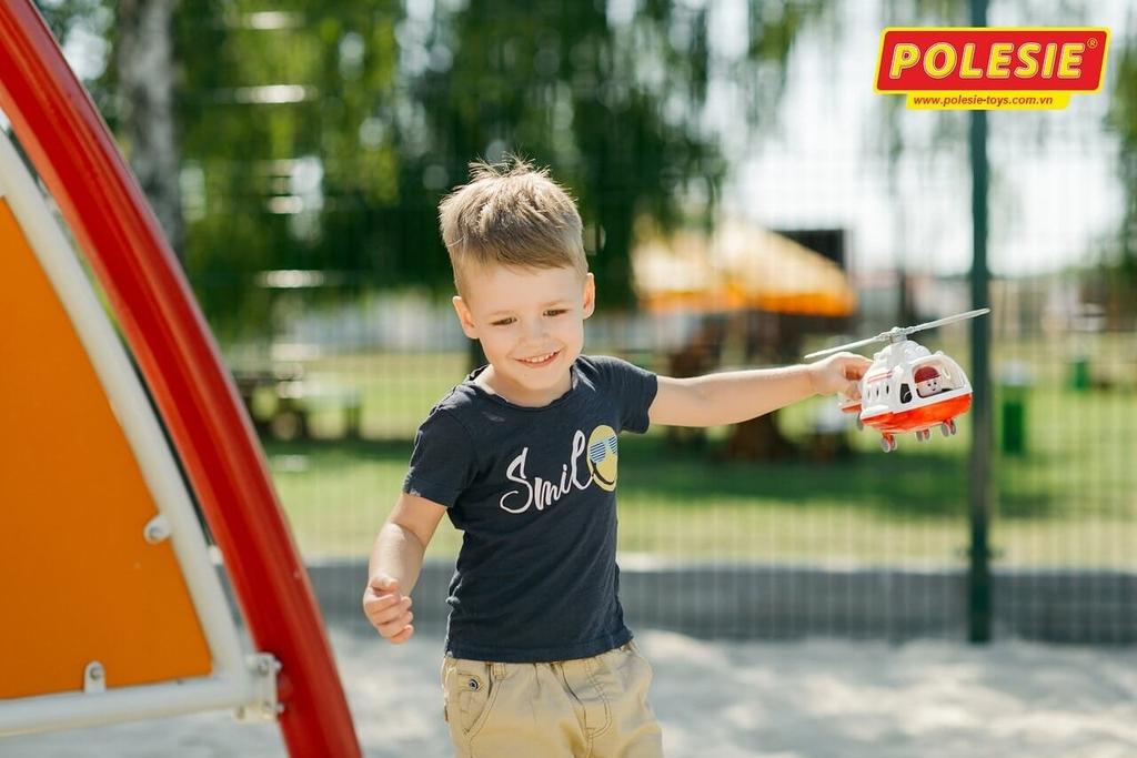 bé trai đang chơi cùng máy bay đồ chơi cứu thương alpha polesie