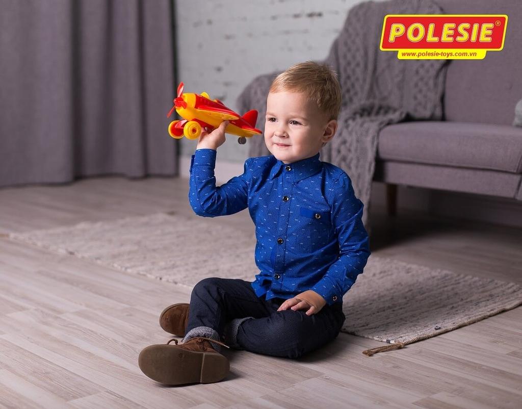 bé trai chơi máy bay đồ chơi thể thao Omega Polesie Việt Nam
