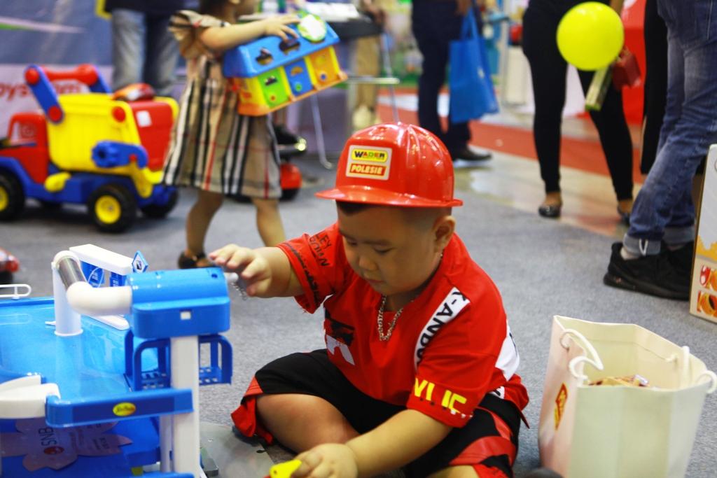 cậu bé sợ ông kẹ google đang trải nghiệm đồ chơi Polesie