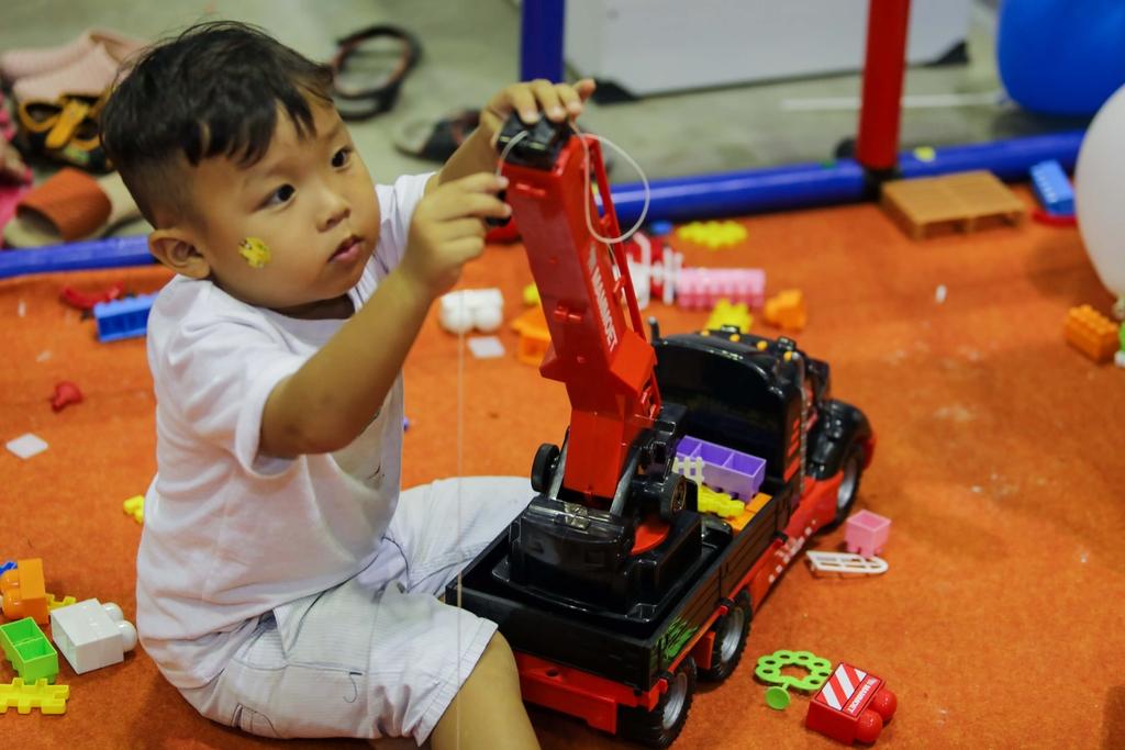 bé trai đang trải nghiệm xe cẩu đồ chơi Mammoet thương hiệu Polesie