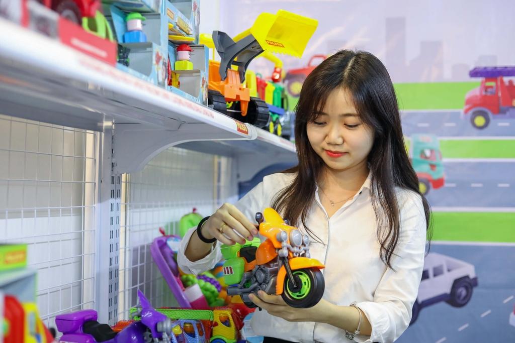 Nguyễn Mỹ Hà cùng đồ chơi Polesie tại triển lãm Vietbaby Fair