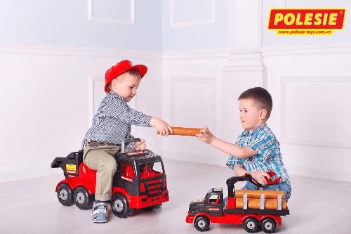 hình ảnh các bé nước ngoài chơi đồ chơi polesie