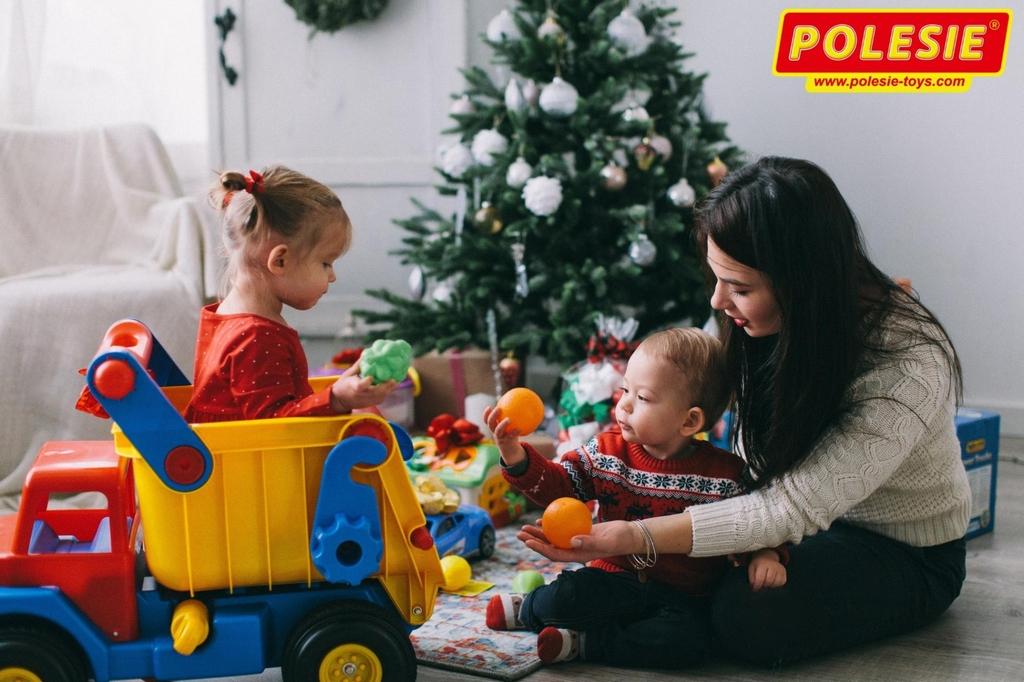 xe tải đồ chơi cỡ lớn bé chơi cùng mẹ