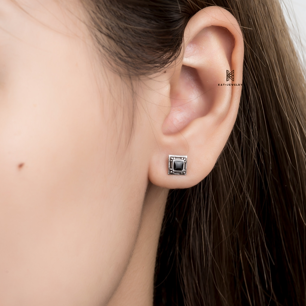 E STUD BLACK GEM SQUARE