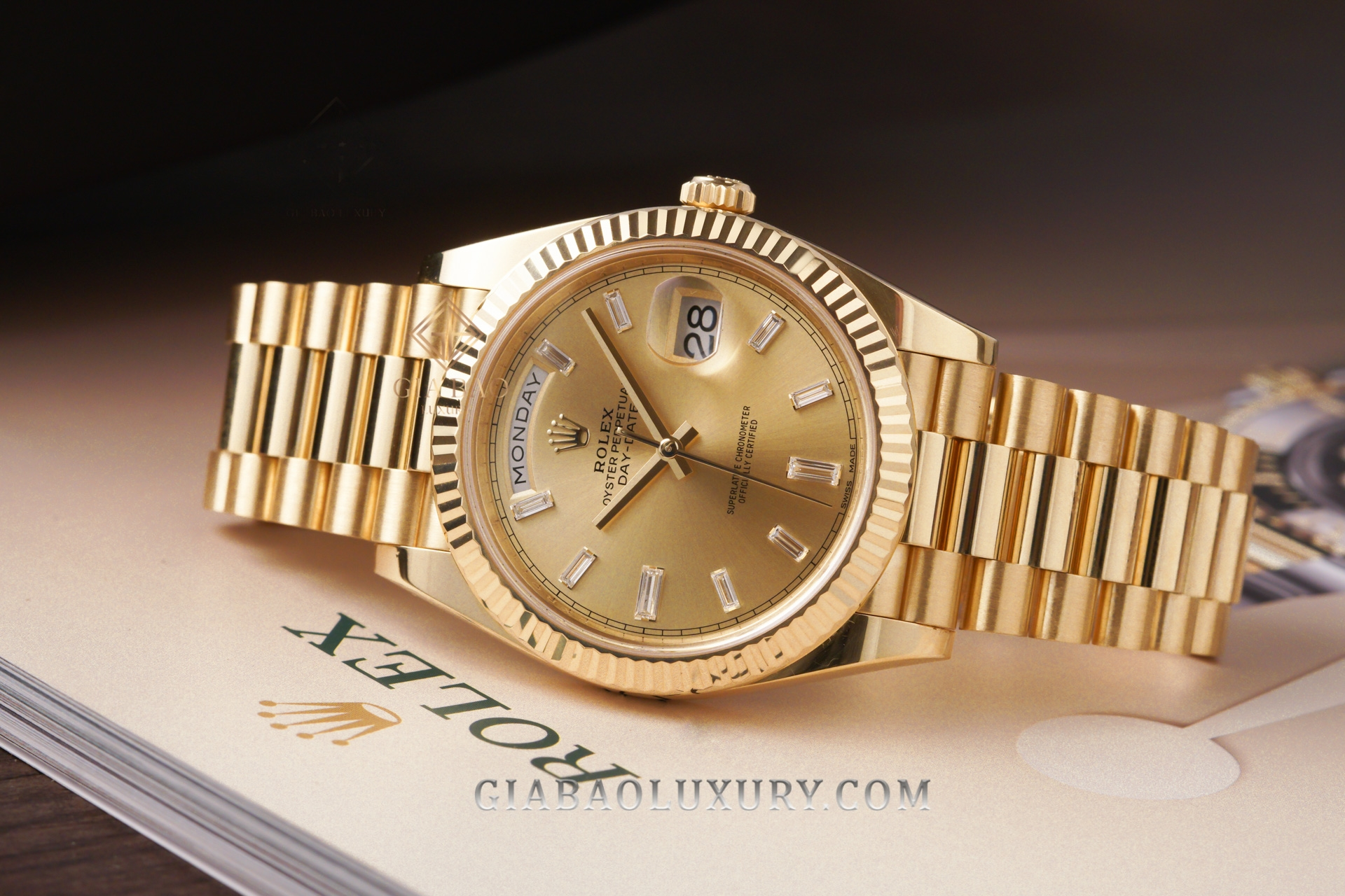 Đồng Hồ Rolex Day-Date 40 228238 Mặt Số Champagne Cọc Số Kim Cương